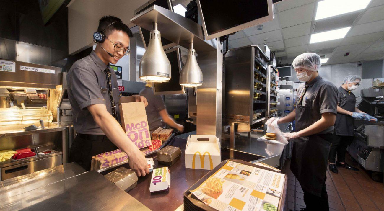 直擊麥當勞餐廳廚房 一窺兼顧食安、效率與美味的門道!
