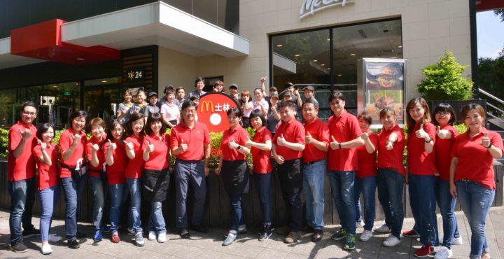 全球麥當勞歡慶「創辦人紀念日」董事長帶頭 到第一線服務顧客